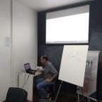 Eng. Lucio Flavio Brito mostrando materiais disponíveis na internet para os alunos